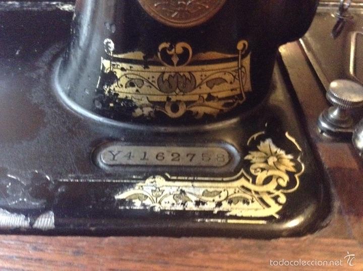 Antigüedades: Maquina de coser Singer 1925, n 28 y regalo - Foto 3 - 54929940