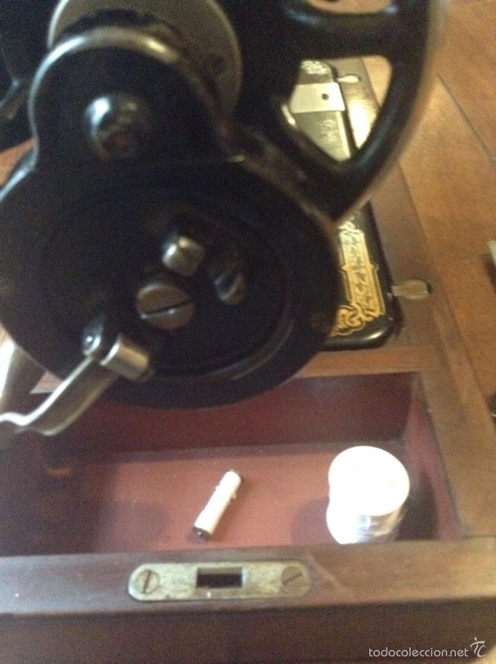Antigüedades: Maquina de coser Singer 1925, n 28 y regalo - Foto 5 - 54929940