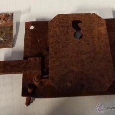 Antigüedades: CERRADURA Y BOCALLAVE DE FORJA, 11 X 8 CM APROX., SIN LLAVE. Lote 55038729