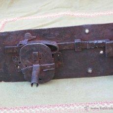Antigüedades: CERRADURA GRANDE Y ANTIGUA EN HIERRO FORJADO . SIGLO XVII - XVIII.. Lote 55040118