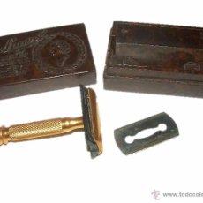 Antigüedades: ANTIGUA Y MINUSCULA MAQUINILLA DE AFEITAR..THE LAUREL..LADIES..EN CAJA DE BAKELITA.. Lote 40688164