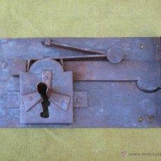 Antigüedades: CERRADURA GRANDE Y ANTIGUA EN HIERRO FORJADO - SIGLO XVIII.. Lote 55133994