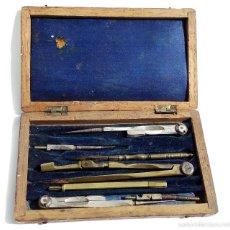 Antigüedades: ESTUCHE DE COMPÁS CON ACCESORIOS MUY ANTIGUOS. Lote 55137412