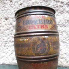 Antigüedades: BRASIL CAFE - BOTE BARRILETE CHAPA SERGRAFIADA, ' CAFE CRUZEIRO EXTRA ' 21CM ALTO + INFO. Lote 55712276