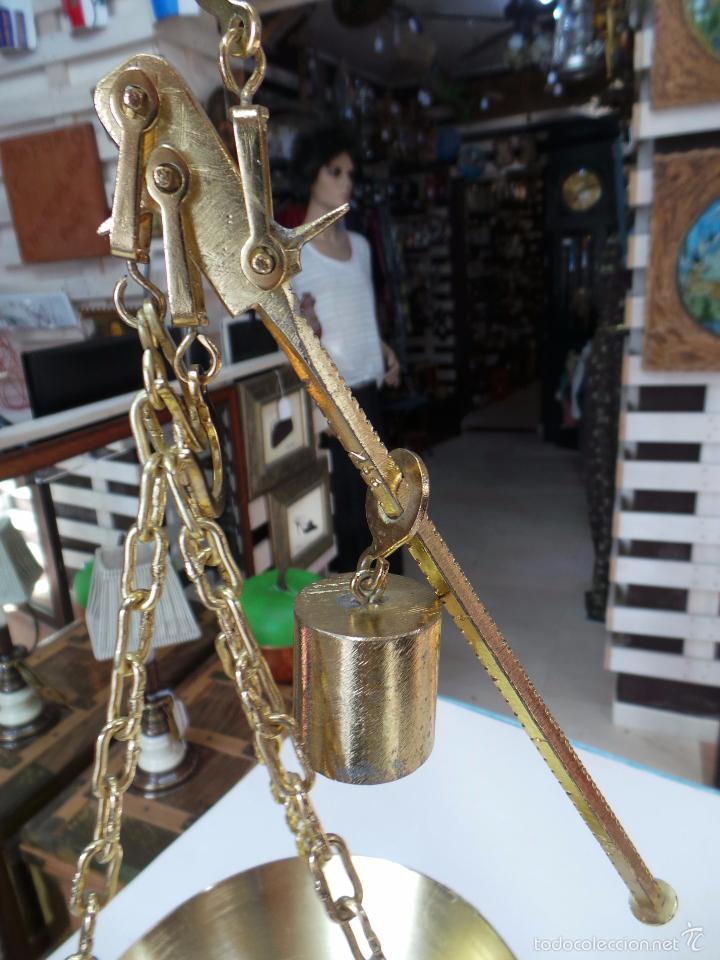 Antigüedades: PEQUEÑA ROMANA O BASCULA DE TRES GANCHOS PARA COLGAR - Foto 13 - 56024120