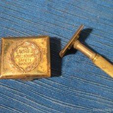 Antigüedades: PEQUEÑA MAQUINILLA DE VIAJE DE LA MARCA THE LAUREL EN SU CAJA. Lote 56116059