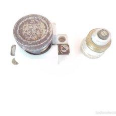 Antigüedades: PORTAFUSIBLES DE CERAMICA DE LOS AÑOS 30 INCLUYE DOS FUSIBLES DE CERAMICA. Lote 115189234