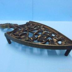 Antigüedades: ANTIGUA BASE BRONCE PARA PLANCHA AÑOS 50 #AA-G. Lote 56218090