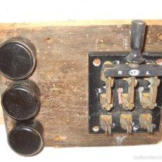 Bonito cuadro eléctrico con interruptor y tres portafusibles de baquelita