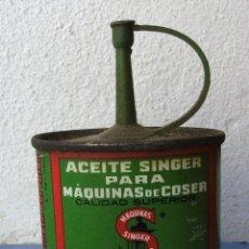 Antigüedades: ACEITERA DE MAQUINAS DE COSER SINGER, CHAPA Y PLASTICO, BUEN ESTADO (9X5,5CM APROX). Lote 56317760