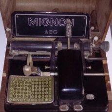 Antigüedades: ANTIGUA MAQUINA DE ESCRIBIR ALEMANA AÑOS 10/20 MARCA AEG MIGNON DE PUNZON CERRADURA CON SU LLAVE. Lote 56515806