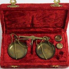 Antigüedades: PEQUEÑA BASCULA ROMANA 10 G. MADE IN INDIA. CON DOS PESAS DE 5 Y 10 GRS.. Lote 56610602