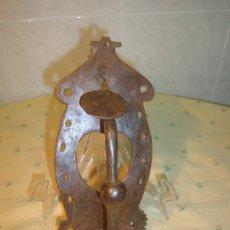 Antigüedades: PESTILLO SIGLO XIX CON FORMA DE HERRADURA Y CORAZON HIERRO FORJA FORJADO TIRADOR. Lote 56782202