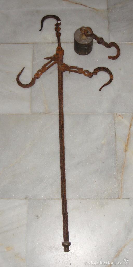 ANTIGUA BALANZA ROMANA. HIERRO FORJADO. CON PESA DE BRONCE. (Antigüedades - Técnicas - Medidas de Peso - Romanas Antiguas)