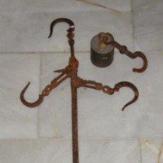 Antigüedades: ANTIGUA BALANZA ROMANA. HIERRO FORJADO. CON PESA DE BRONCE.. Lote 57012281