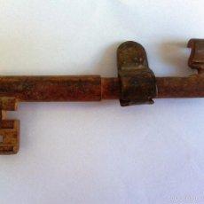 Antigüedades: LLAVE DOBLE HUECA 12 CM. EMPUÑADURA MOVIBLE.. Lote 57045473