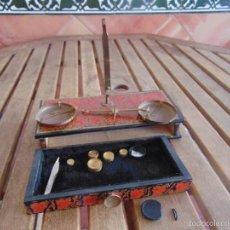 Antigüedades: BALANZA DE FARMACIA O SIMILAR CON PESAS Y CAJA DE MADERA INCOMPLETA . Lote 57049113