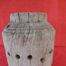 Antigüedades: TACO DE MADERA TRABAJADO CON AGUJERO EN EL CENTRO Y ALREDODOR BONITO Y ANTIGUO.. Lote 57154609