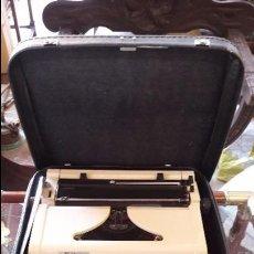 Antigüedades: MAQUINA DE ESCRIBIR CON FUNDA ERIKA. Lote 222456348