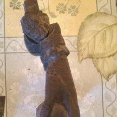 Antigüedades: ANTIGUO PICAPORTE / LLAMADOR CON FORMA DE MANO EN HIERRO COLADO CATALAN PRINCIPIOS DE 1900. Lote 57409085
