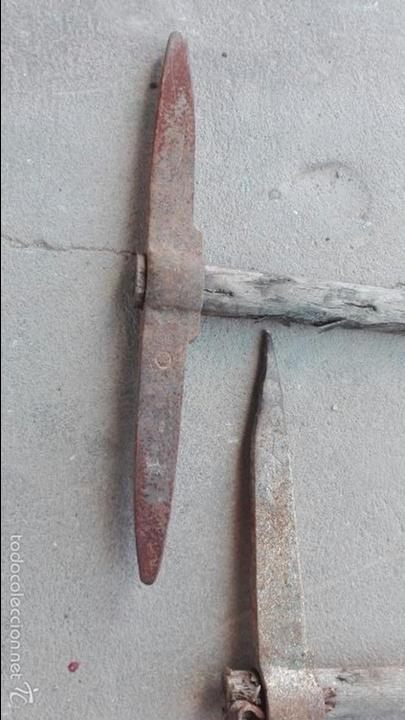 Antigüedades: LOTE 2 PICOS DE MINEROS MUY ANTIGUOS DE LA COMARCA DE PUERTOLLANO, CIUDAD REAL UNOS 45 CMS DE ALTO - Foto 4 - 57434249