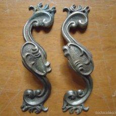 Antigüedades: PRECIOSA PAREJA DE TIRADORES DE METAL ROCALLA ESTILO MODERNISTA, PAT. 103 , BUEN ESTADO . Lote 86667855