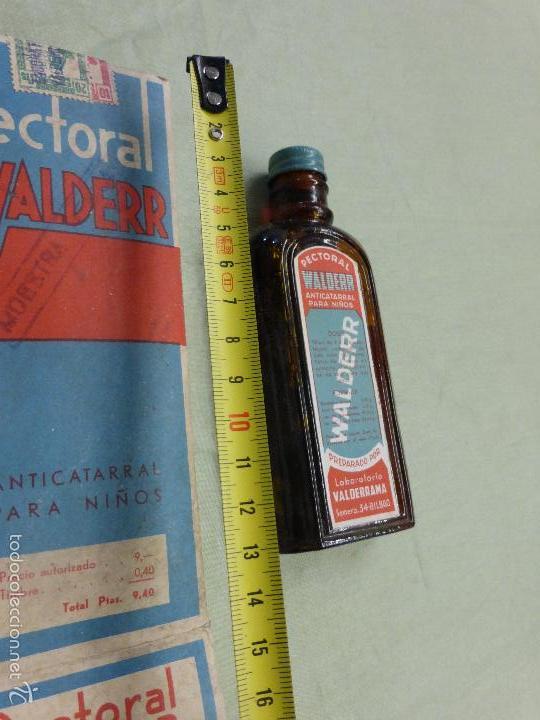 Antigüedades: ANTIGUA BOTELLA MEDICAMENTO PECTORAL WALDERR LABORATORIOS VALDERRAMA.PRECINTADA-FARMACIA-AÑOS 20 - Foto 6 - 57477903