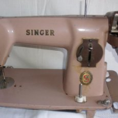 Antigüedades: MAQUINA DE COSER SINGER COLOR BEIGE IDEAL DECORACIÓN VINTAGE. Lote 98936234