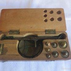 Antigüedades: CAJA Y BALANZA DE PONDERALES MONETARIOS DE CA 1870. Lote 57566745