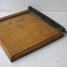 Antigüedades: ANTIGUA GUILLOTINA DE MADERA THE JAYNAY TRIMMER, 22X20CM APROX, CUCHILLA 19CM APROX,. Lote 57695609