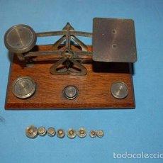 Antigüedades: BALANZA CON SOPORTE DE MADERA. Lote 57771644