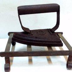 Antigüedades: ANTIGUA PLANCHA DE HIERRO FUNDIDO CU 35, CON SOPORTE DE FORJA REMACHADO.. Lote 58108611
