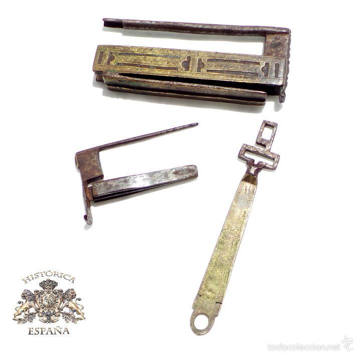 RARO CANDADO DE FORJA Y BONITOS ADORNOS EN BRONCE, FUNCIONANDO 12 X 5,5 CM (Antigüedades - Técnicas - Cerrajería y Forja - Candados Antiguos)