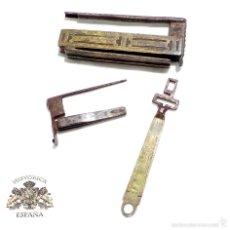 Antigüedades: RARO CANDADO DE FORJA Y BONITOS ADORNOS EN BRONCE, FUNCIONANDO 12 X 5,5 CM. Lote 58119169