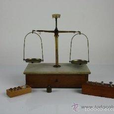 Antigüedades: BALANZA DE PRECISION EN METAL Y MADERA CON DOS JUEGOS DE PESOS. FIN S XIX PRINC S XX.. Lote 58210696
