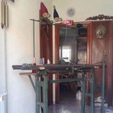Antigüedades: MÁQUINA TRICOTOSA ANTIGUA MARCA CONAHEM MADRID, MAQUINA DE COSER TRICOTAR ESTILO INDUSTRIAL. Lote 58243228