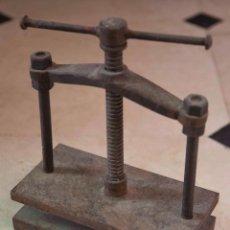 Antigüedades: ANTIGUA PRENSA EN HIERRO FUNDIDO.. Lote 58248107