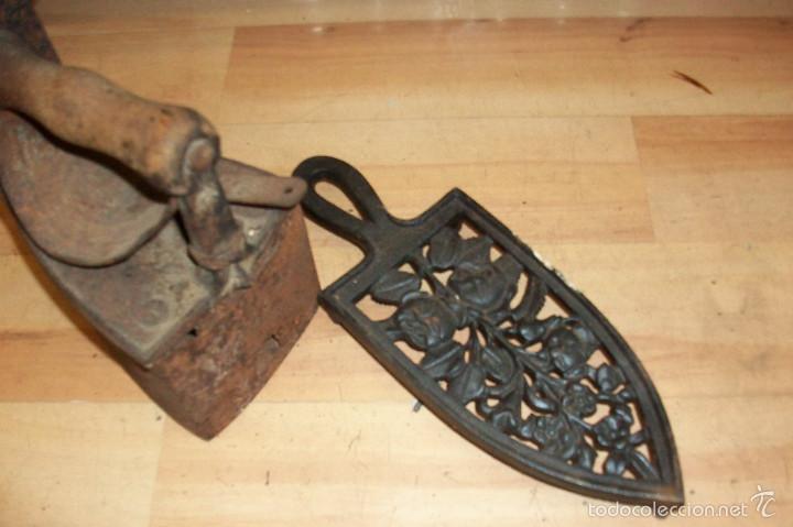 Antigüedades: ANTIGUA PLANCHA A CARBON, CON SU BASE - Foto 3 - 58347048