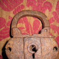 Antigüedades: GRAN CANDADO DE ARCON FUERTE DE GALEON DEL S. XVI DE IMPORTANTE COLECCION DE HIERROS. Lote 58360200