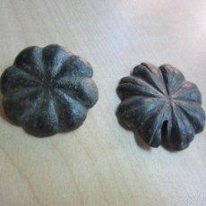 Antigüedades: 2 CLAVOS CON FORMA DE FLOR DE 8 PÉTALOS PROBABLEMENTE SIGLO XVIII BRONCE. Lote 58452283