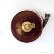 Antigüedades: ANTIGUA CINTA MÉTRICA - METRO ENGLAND TRE / BLE Nº 1534 CUERO / PIEL CON MANIVELA DE LATÓN / BRONCE. Lote 58558115