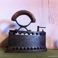 Antigüedades: BONITA Y ANTIGUA PLANCHA DE CARBON CON CIERRE DE MANIVELA DEL S. XIX. Lote 58649762