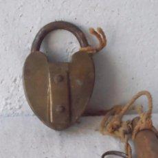Antigüedades: CANDADO ANTIGUO CON LLAVE FUNCIONA BRONCE . Lote 58669417