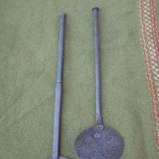Antigüedades: LOTE DE DOS BADILAS ANTIGUAS EN HIERRO FORJADO - FORJA.. Lote 58671980