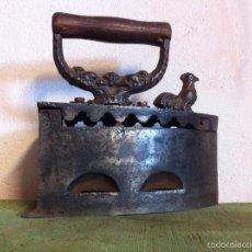 Antigüedades: BONITA Y ANTIGUA PLANCHA DE CARBON DEL GALLO CON CIERRE DE RESBALON DE 1920 . Lote 58682510