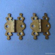 Antigüedades: 2 BISAGRAS DE LATON PARA CAJA DE CUBERTERIA O PARECIDO (3,3X4,3CM APROX). Lote 154983664