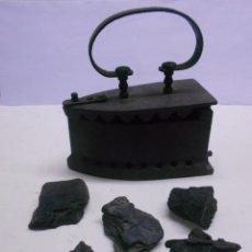 Antiquitäten - ANTIGUA PLANCHA DE HIERRO PARA CARBON CON ASA REDONDA, CONTIENE TROZOS DE CARBON DE EPOCA - 59521279