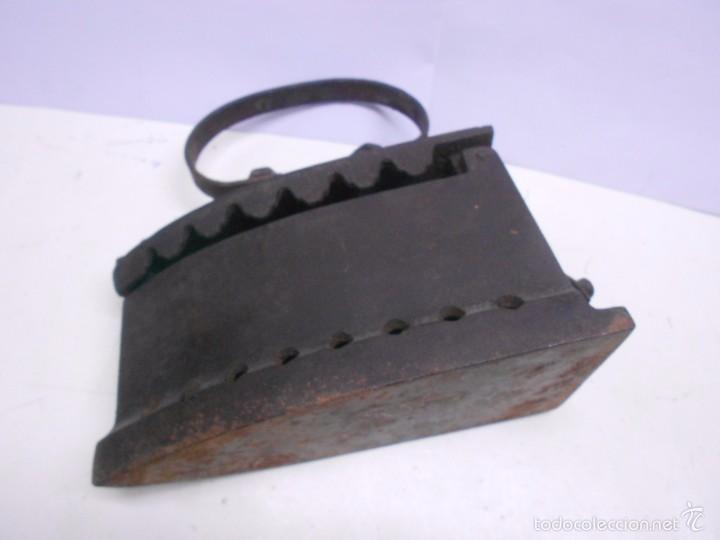 Antigüedades: ANTIGUA PLANCHA DE HIERRO PARA CARBON CON ASA REDONDA, CONTIENE TROZOS DE CARBON DE EPOCA - Foto 2 - 59521279