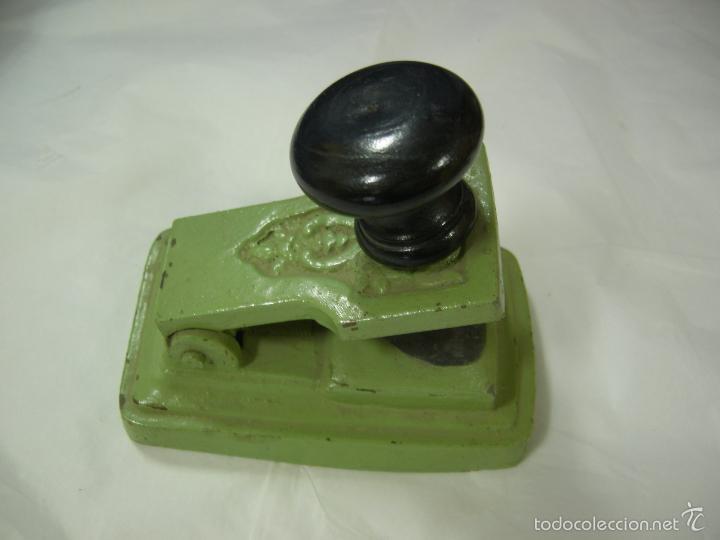 Antigüedades: antigua máquina prensa selladora en seco para facturas, completa de bronce con sus sellos, de pp xx - Foto 2 - 59613171