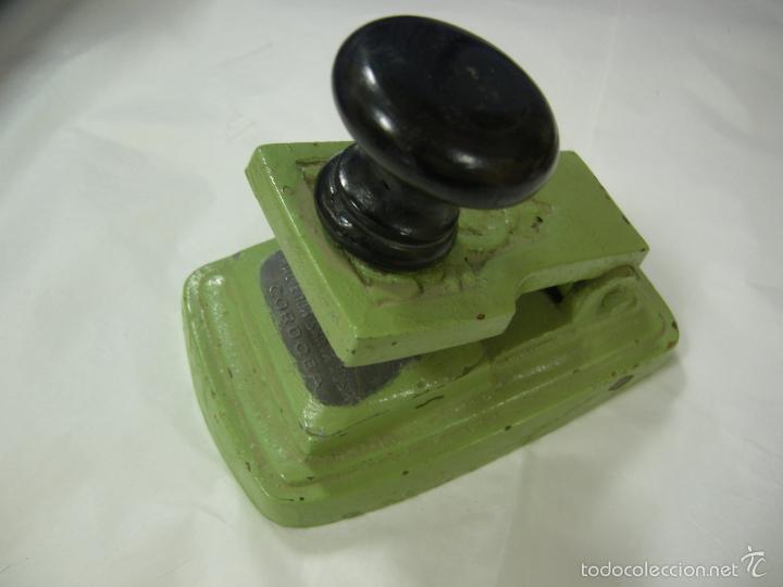 Antigüedades: antigua máquina prensa selladora en seco para facturas, completa de bronce con sus sellos, de pp xx - Foto 4 - 59613171